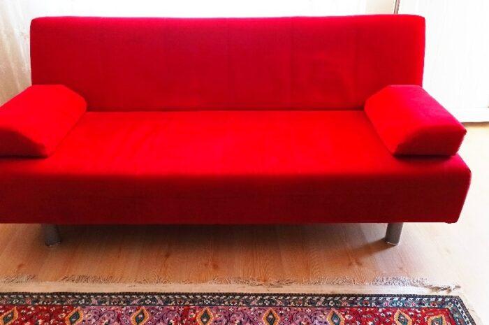 kırmızı renkli üçlü koltuk takımı açılıp yatak oluyor